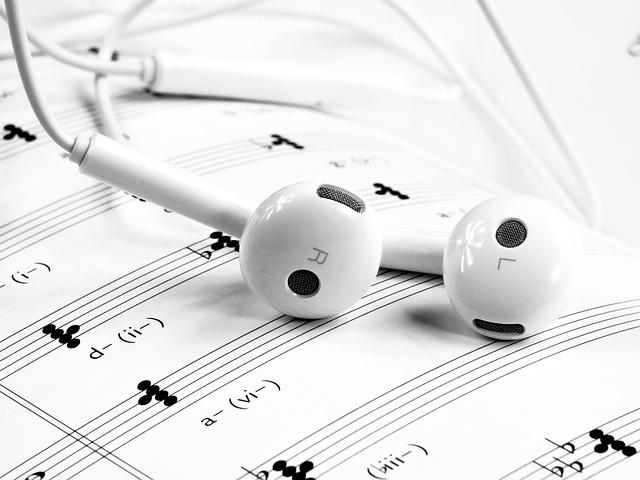 bílá sluchátka