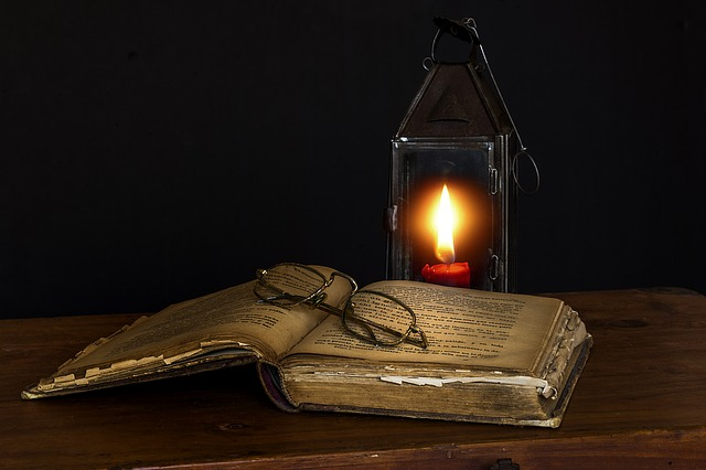 kniha a lucerna