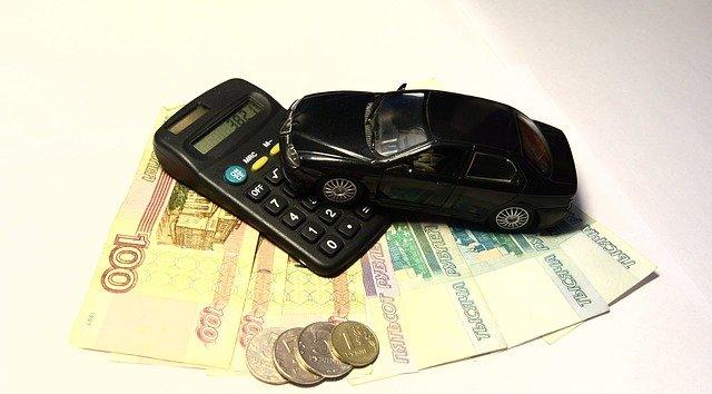 peníze, auto a kalkulačka