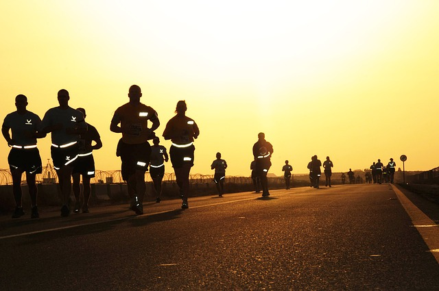 závodníci za soumraku