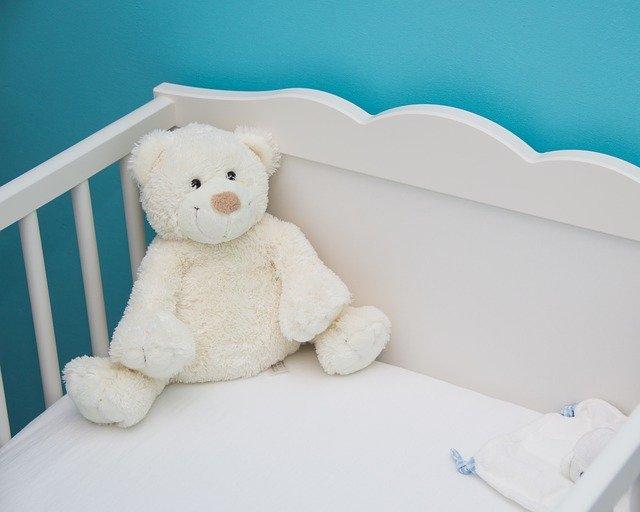 Detská postieľka s plyšovým bielym medveďom.jpg