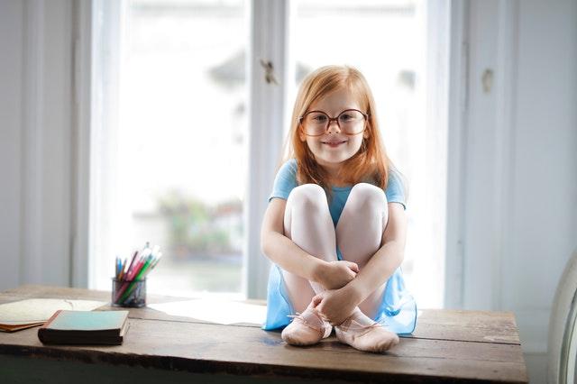dievčatko na stole